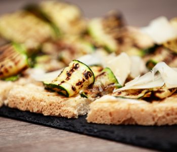 Crostino alle zucchine grigliate e grana
