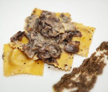 Ravioli di ricotta con funghi e crema al tartufo