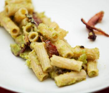 Rigatoni con crema di broccoli e guanciale croccante - Padelle Volanti